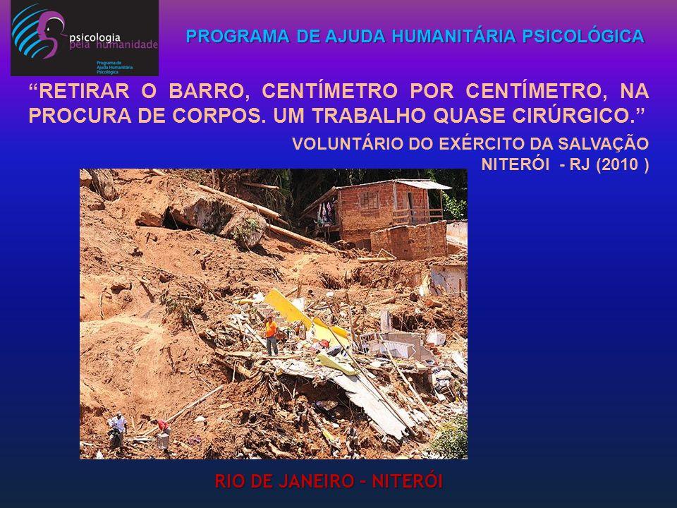 PROGRAMA DE AJUDA HUMANITÁRIA PSICOLÓGICA RETIRAR O BARRO, CENTÍMETRO POR CENTÍMETRO, NA PROCURA DE CORPOS. UM TRABALHO QUASE CIRÚRGICO. VOLUNTÁRIO DO