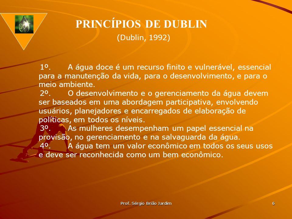 Prof. Sérgio Brião Jardim 6 1º.A água doce é um recurso finito e vulnerável, essencial para a manutenção da vida, para o desenvolvimento, e para o mei