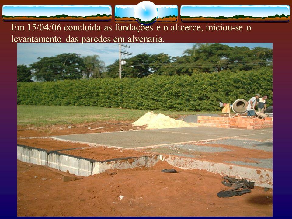 Em 15/04/06 concluída as fundações e o alicerce, iniciou-se o levantamento das paredes em alvenaria.