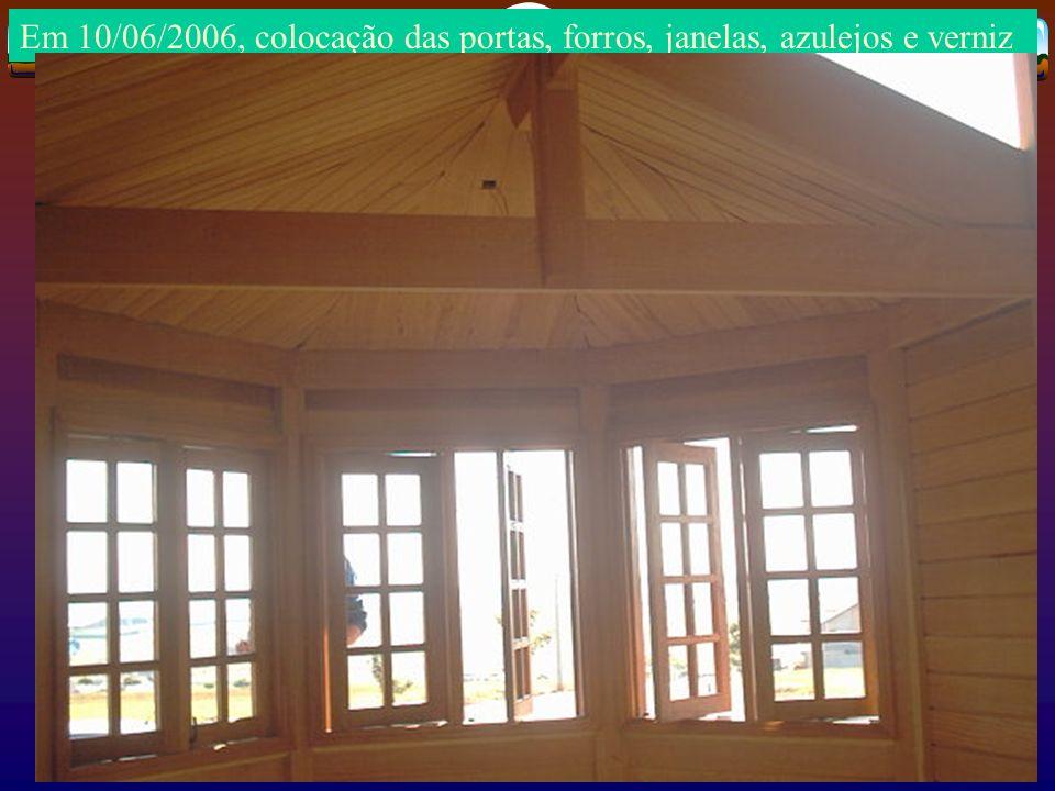 Em 10/06/2006, colocação das portas, forros, janelas, azulejos e verniz