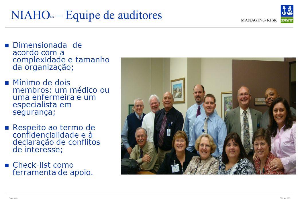 Version Slide 16 NIAHO SM – Equipe de auditores Dimensionada de acordo com a complexidade e tamanho da organização; Mínimo de dois membros: um médico