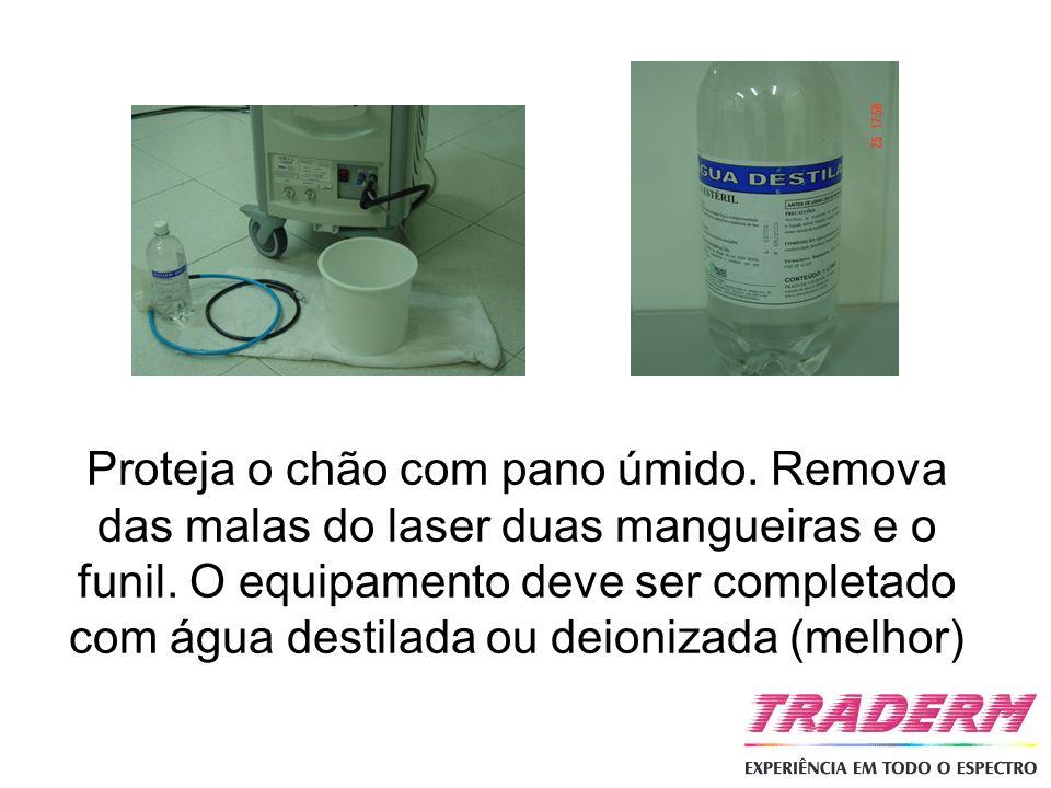 Proteja o chão com pano úmido. Remova das malas do laser duas mangueiras e o funil. O equipamento deve ser completado com água destilada ou deionizada