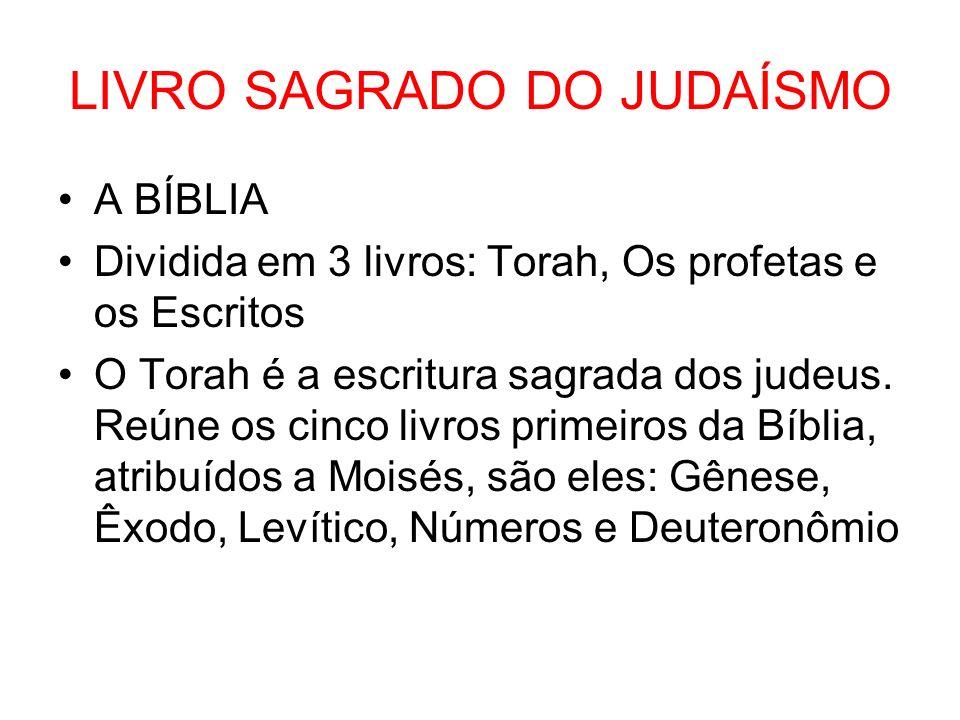 LIVRO SAGRADO DO JUDAÍSMO A BÍBLIA Dividida em 3 livros: Torah, Os profetas e os Escritos O Torah é a escritura sagrada dos judeus. Reúne os cinco liv