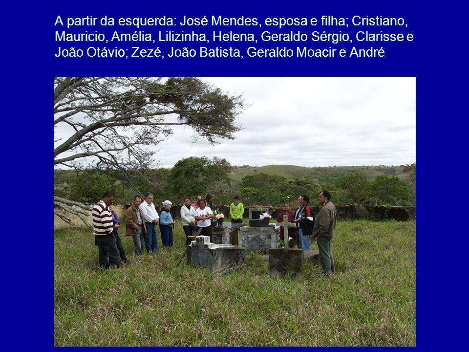 A partir da esquerda: José Mendes, esposa e filha; Cristiano, Mauricio, Amélia, Lilizinha, Helena, Geraldo Sérgio, Clarisse e João Otávio; Zezé, João