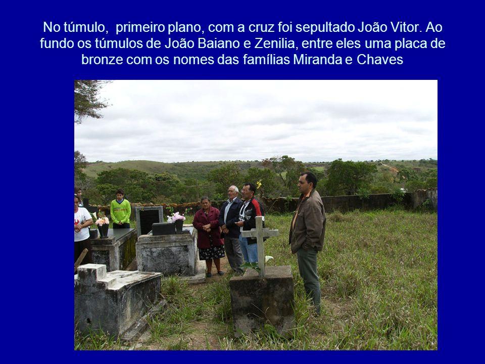 No túmulo, primeiro plano, com a cruz foi sepultado João Vitor. Ao fundo os túmulos de João Baiano e Zenilia, entre eles uma placa de bronze com os no