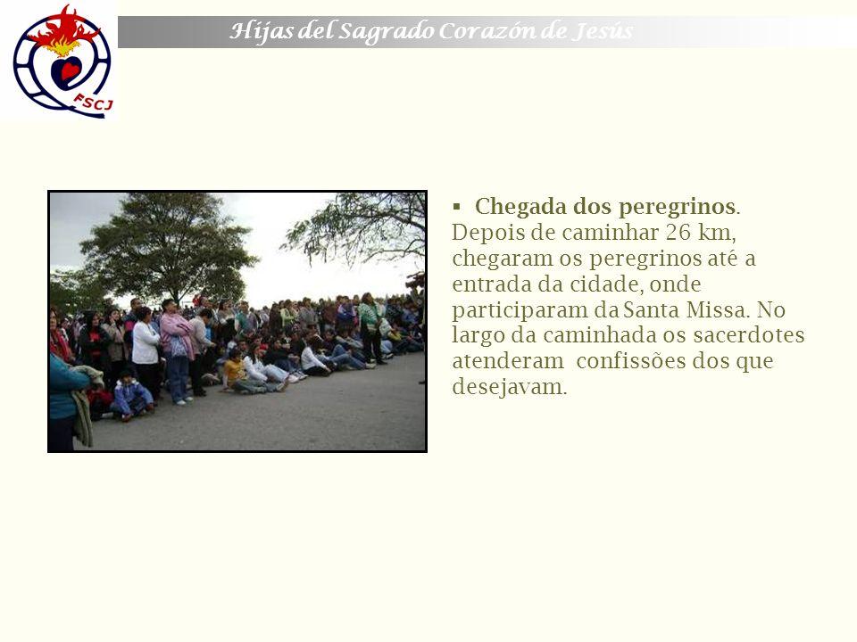 Hijas del Sagrado Corazón de Jesús Chegada dos peregrinos. Depois de caminhar 26 km, chegaram os peregrinos até a entrada da cidade, onde participaram