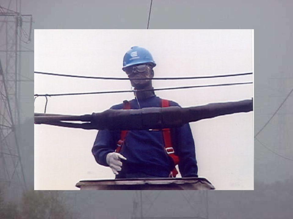 Comparação entre os métodos exemplos de cálculo : Painel de Distribuição Média Tensão Porta Aberta (Barramento Exposto) : 13.800V 30 kA curto-circuito 0,1 s tempo de atuação da proteção 0,6 m distância do operador a fonte 130 mm distância entre os barramentos (Baseado no NBI do Painel 95 kV) Sistema solidamente aterrado (TN-S) Resultados obtidos : NFPA-70E Ei = 60,79 cal/cm2 IEEE 1584 Ei = 3,41 cal/cm2