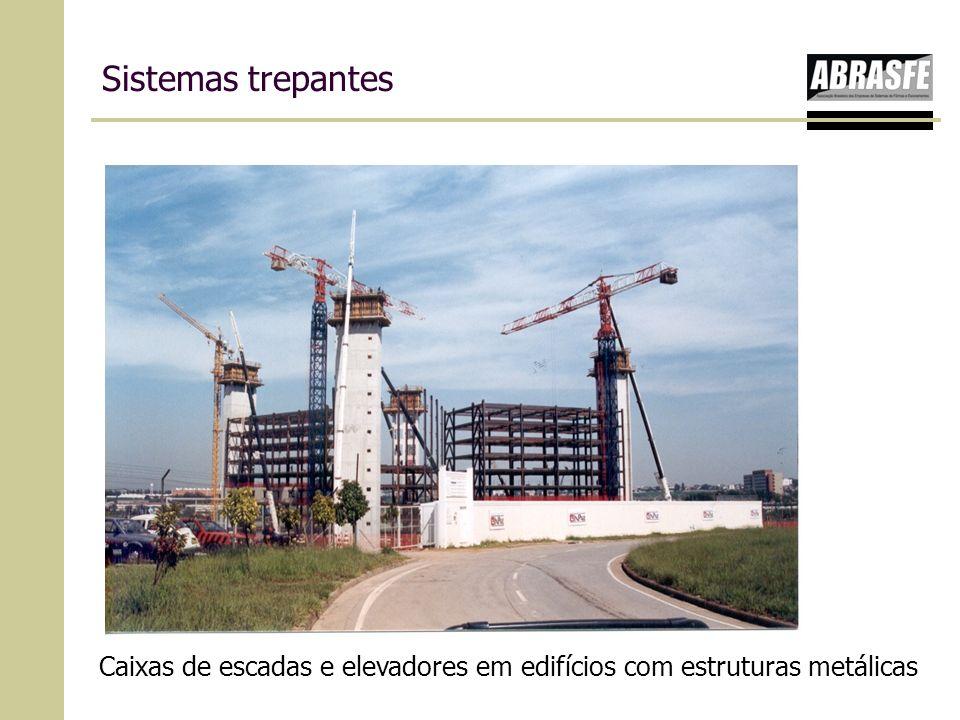 Sistemas trepantes Caixas de escadas e elevadores em edifícios com estruturas metálicas