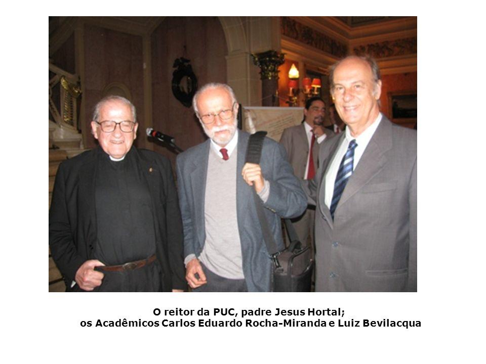 O reitor da PUC, padre Jesus Hortal; os Acadêmicos Carlos Eduardo Rocha-Miranda e Luiz Bevilacqua
