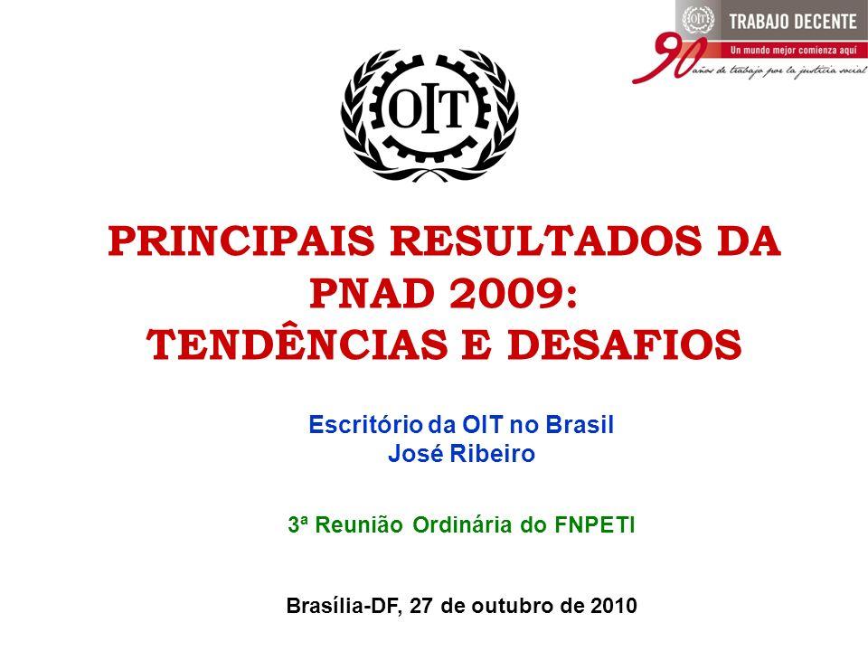 A PESQUISA NACIONAL POR AMOSTRA DE DOMICÍLIOS (PNAD) A PESQUISA NACIONAL POR AMOSTRA DE DOMICÍLIOS (PNAD) - IBGE Pesquisa domiciliar mais abrangente do país (temas investigados e cobertura geográfica); Divulga resultados para o Brasil, Grandes Regiões, Unidades da Federação e principais Regiões Metropolitanas (9); Teve início no ano de 1967; O levantamento é anual e realizado no último trimestre do ano; A PNAD é interrompida nos anos de realização dos Censos Demográficos (1970, 1980, 1991, 2000 e agora em 2010); O levantamento mais recente e já divulgado corresponde ao ano de 2009 – foram pesquisadas cerca de 400 mil pessoas em 154 mil domicílios.