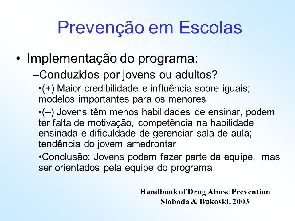 Prevenção em Escolas Implementação do programa: –Conduzidos por jovens ou adultos? (+) Maior credibilidade e influência sobre iguais; modelos importan
