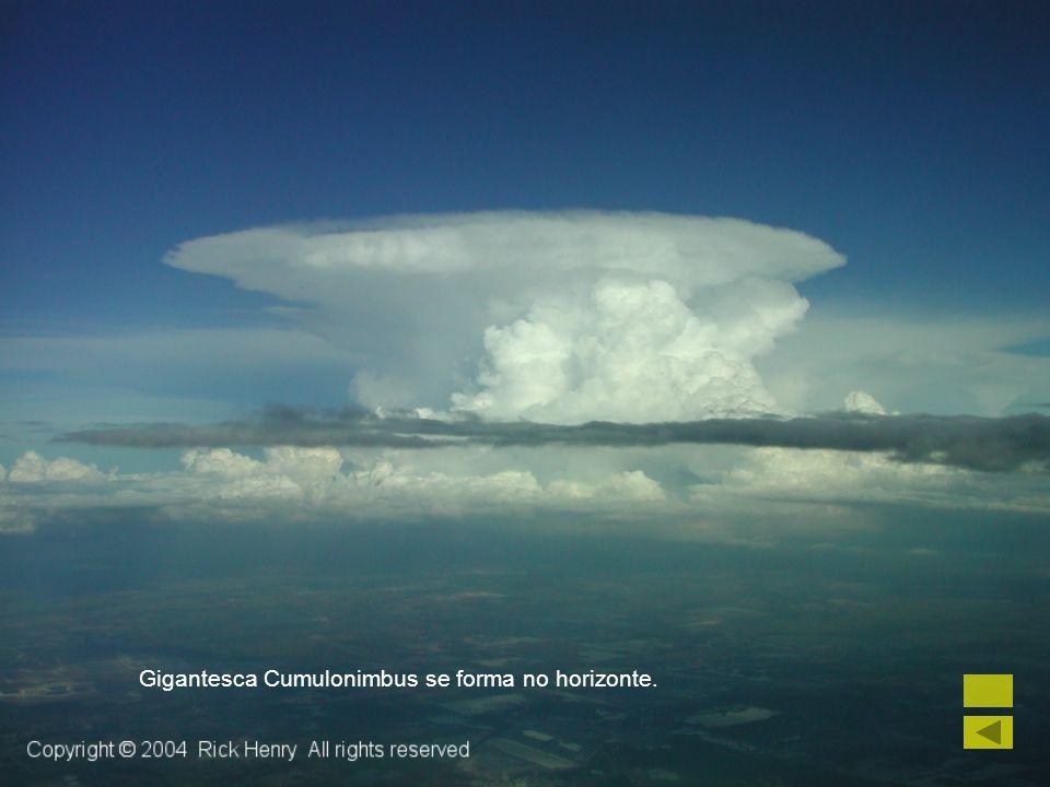 Gigantesca Cumulonimbus se forma no horizonte.