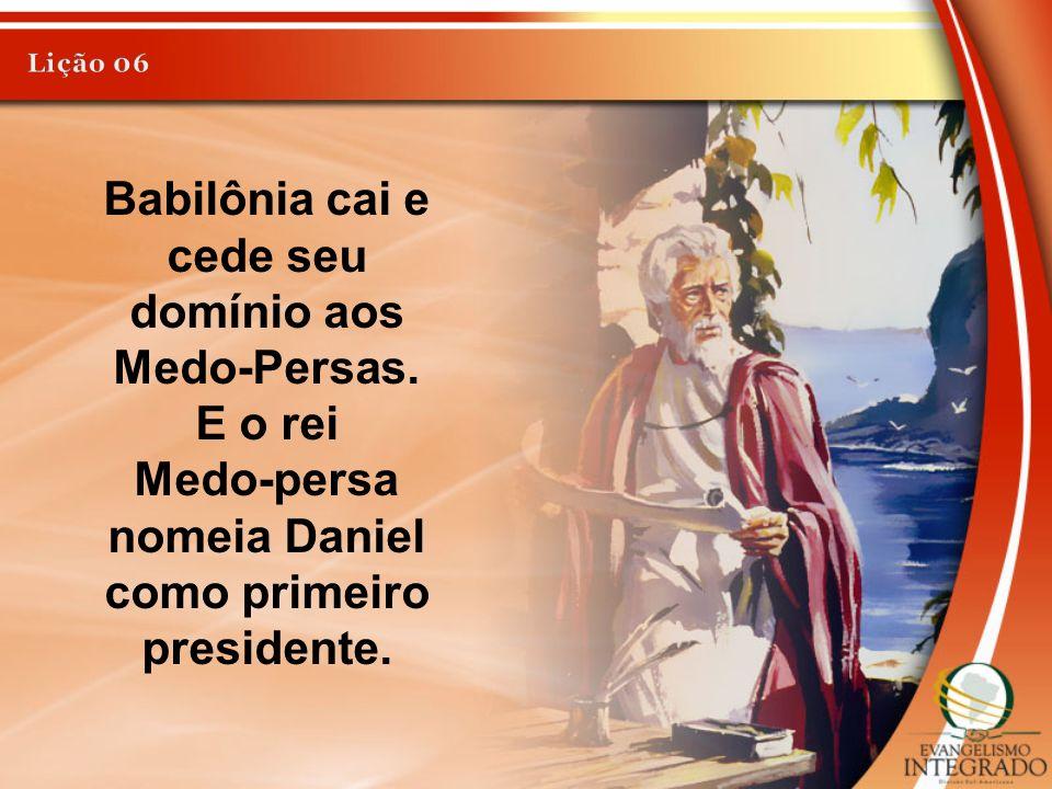 Babilônia cai e cede seu domínio aos Medo-Persas. E o rei Medo-persa nomeia Daniel como primeiro presidente.
