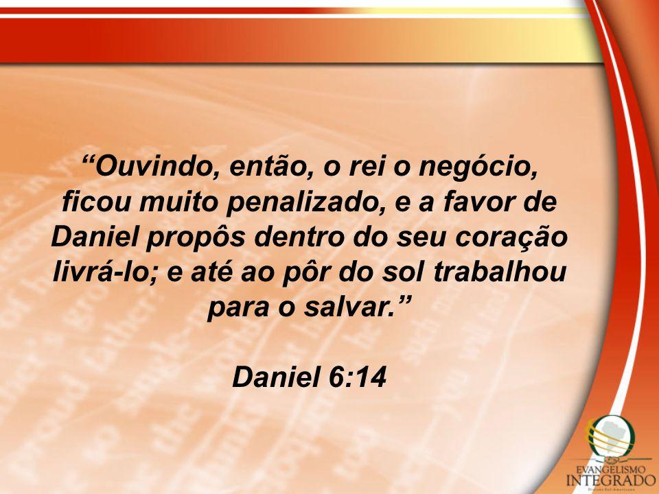Ouvindo, então, o rei o negócio, ficou muito penalizado, e a favor de Daniel propôs dentro do seu coração livrá-lo; e até ao pôr do sol trabalhou para