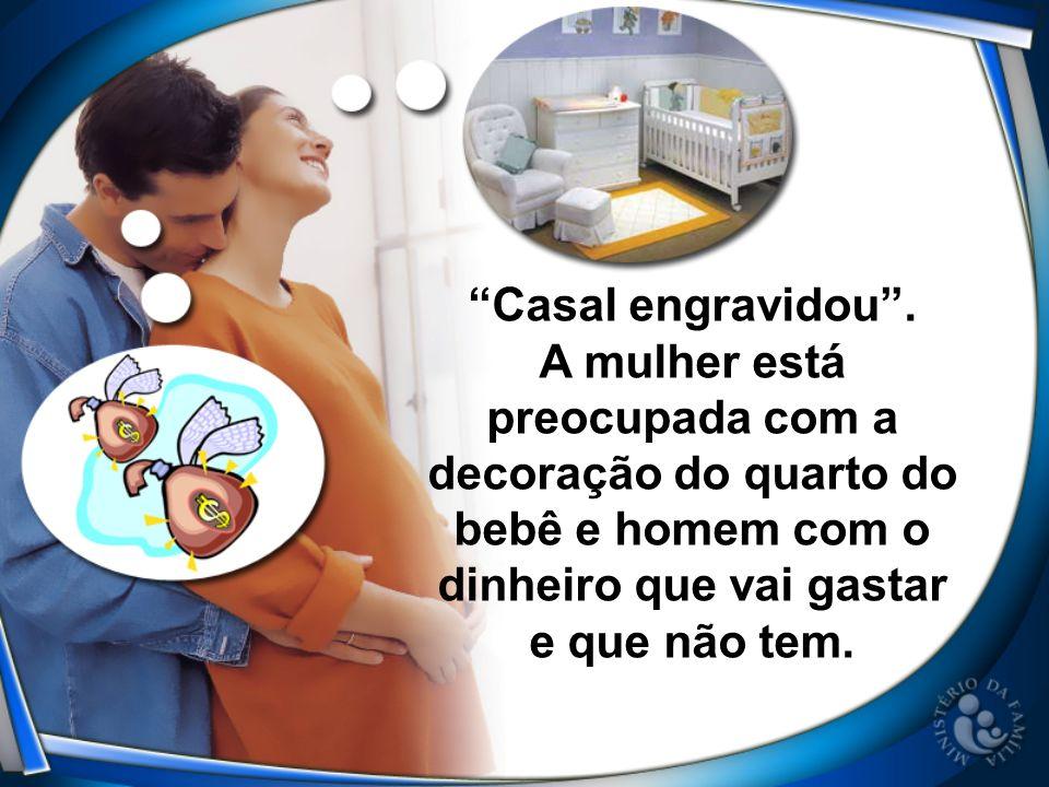 Casal engravidou. A mulher está preocupada com a decoração do quarto do bebê e homem com o dinheiro que vai gastar e que não tem.
