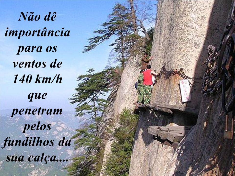 Se as tábuas quebrarem, fique sossegado. Você pode subir pelos buracos do penhasco, tipo escalada! Mais fácil, impossível !!!