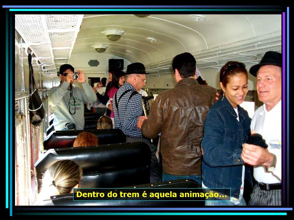O passeio de trem Maria Fumaça, entre Bento Gonçalves e Carlos Barbosa, é um show, com músicas e danças, ao vivo, regado a muito vinho, sucos, queijos