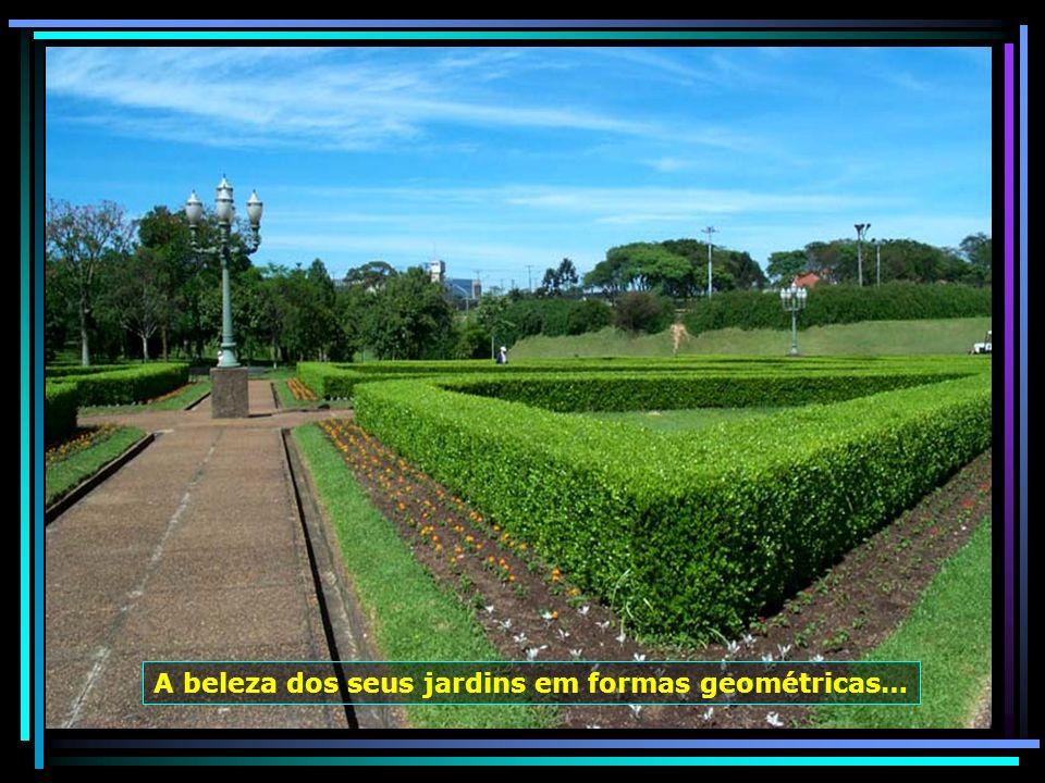 O Jardim Botânico, em Curitiba, inaugurado em 1991, ocupa uma área de 245 mil m², com sua estufa de 3 abóbadas, que abriga plantas características da