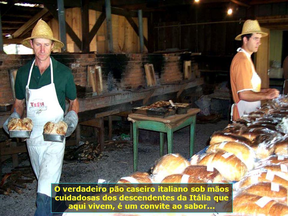 Gramado do delicioso pão italiano preparado em grandes fornos a lenha, em plena praça pública...