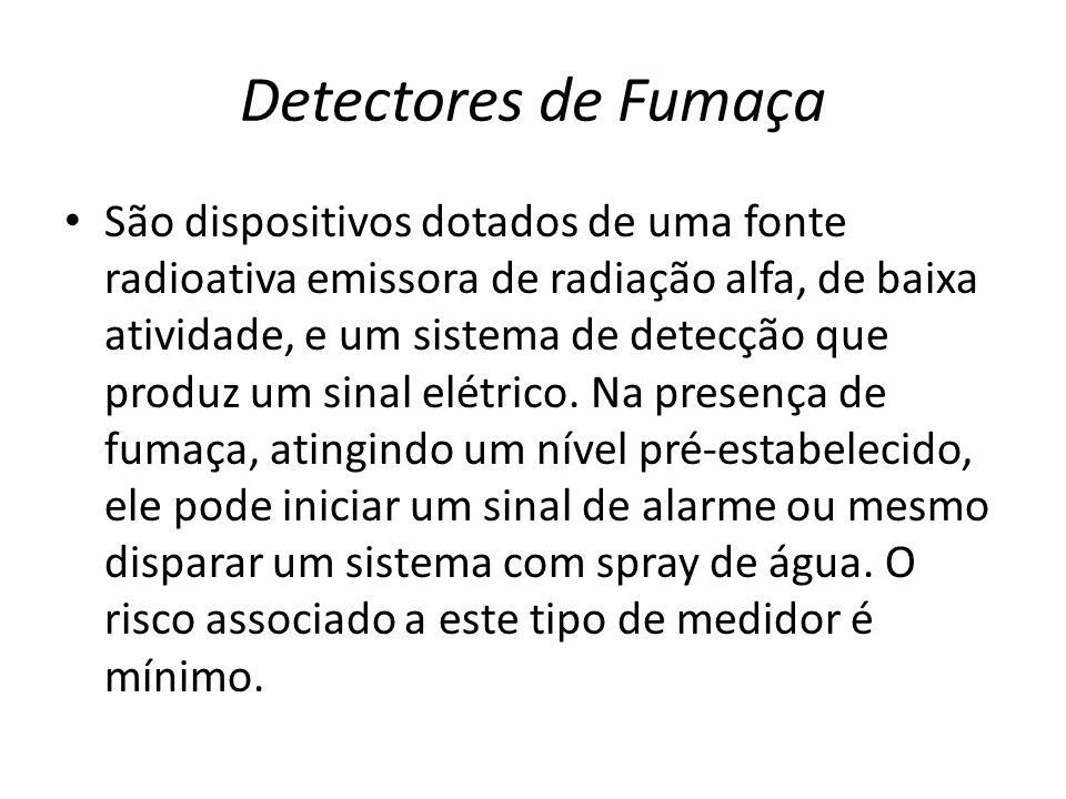 Detectores de Fumaça São dispositivos dotados de uma fonte radioativa emissora de radiação alfa, de baixa atividade, e um sistema de detecção que prod