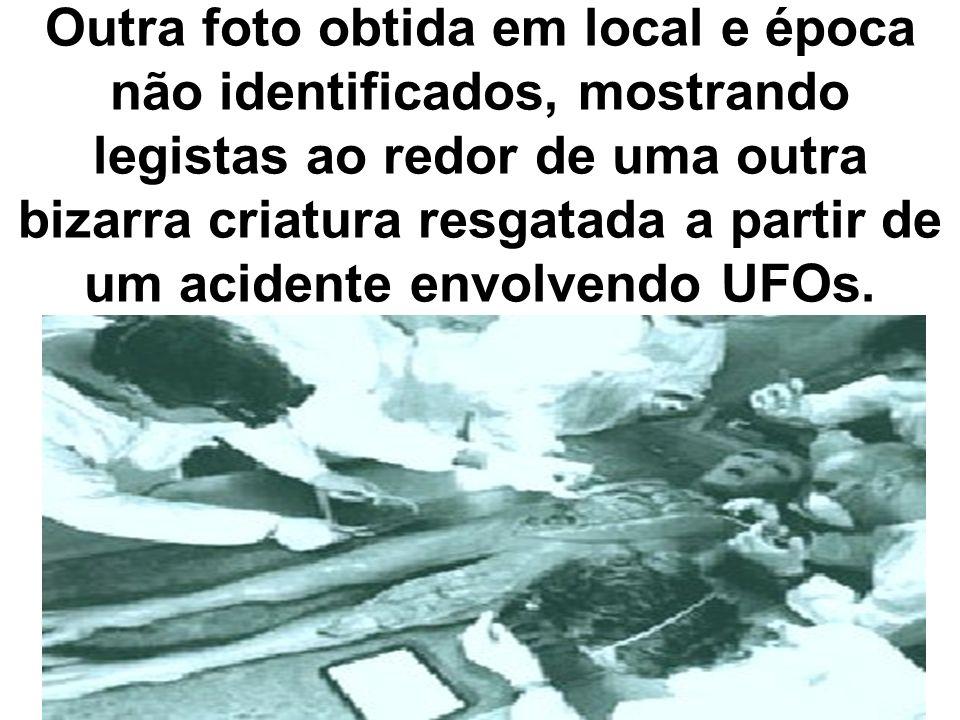Outra foto obtida em local e época não identificados, mostrando legistas ao redor de uma outra bizarra criatura resgatada a partir de um acidente envo