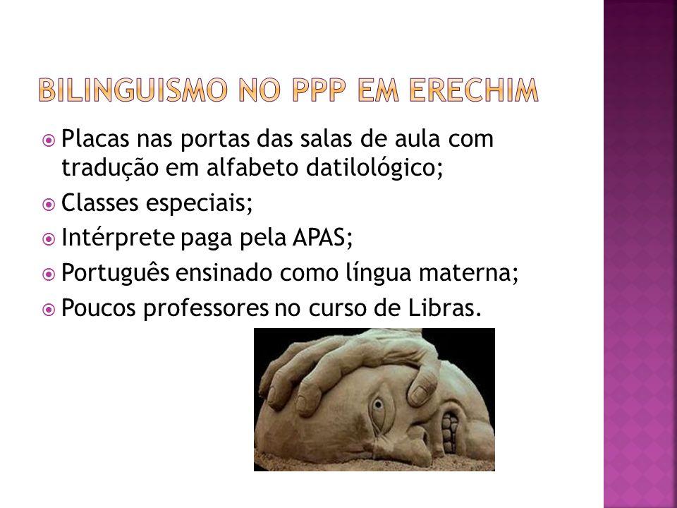 Placas nas portas das salas de aula com tradução em alfabeto datilológico; Classes especiais; Intérprete paga pela APAS; Português ensinado como língu