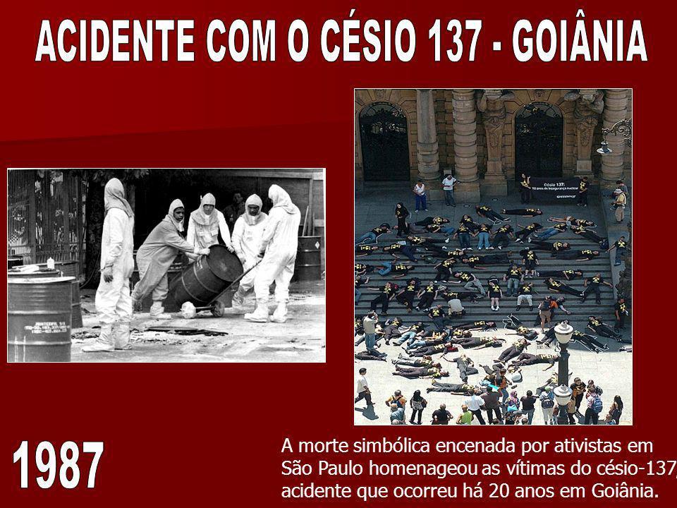 A morte simbólica encenada por ativistas em São Paulo homenageou as vítimas do césio-137, acidente que ocorreu há 20 anos em Goiânia.
