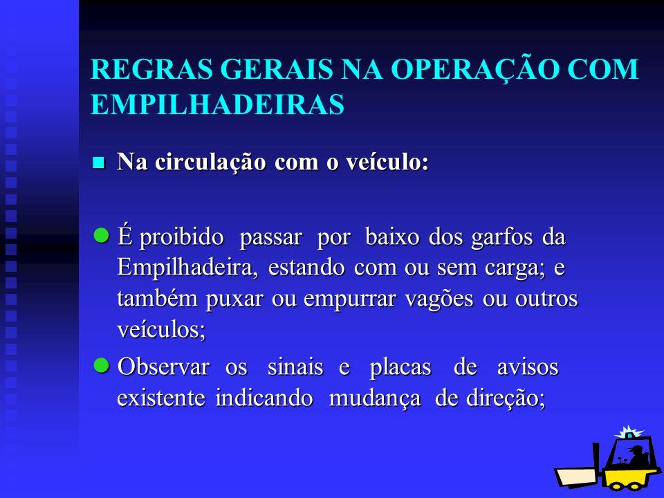 13 REGRAS GERAIS NA OPERAÇÃO COM EMPILHADEIRAS Na circulação com o veículo: Na circulação com o veículo: É proibido passar por baixo dos garfos da Emp