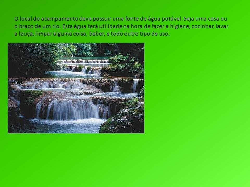 O local do acampamento deve possuir uma fonte de água potável. Seja uma casa ou o braço de um rio. Esta água terá utilidade na hora de fazer a higiene