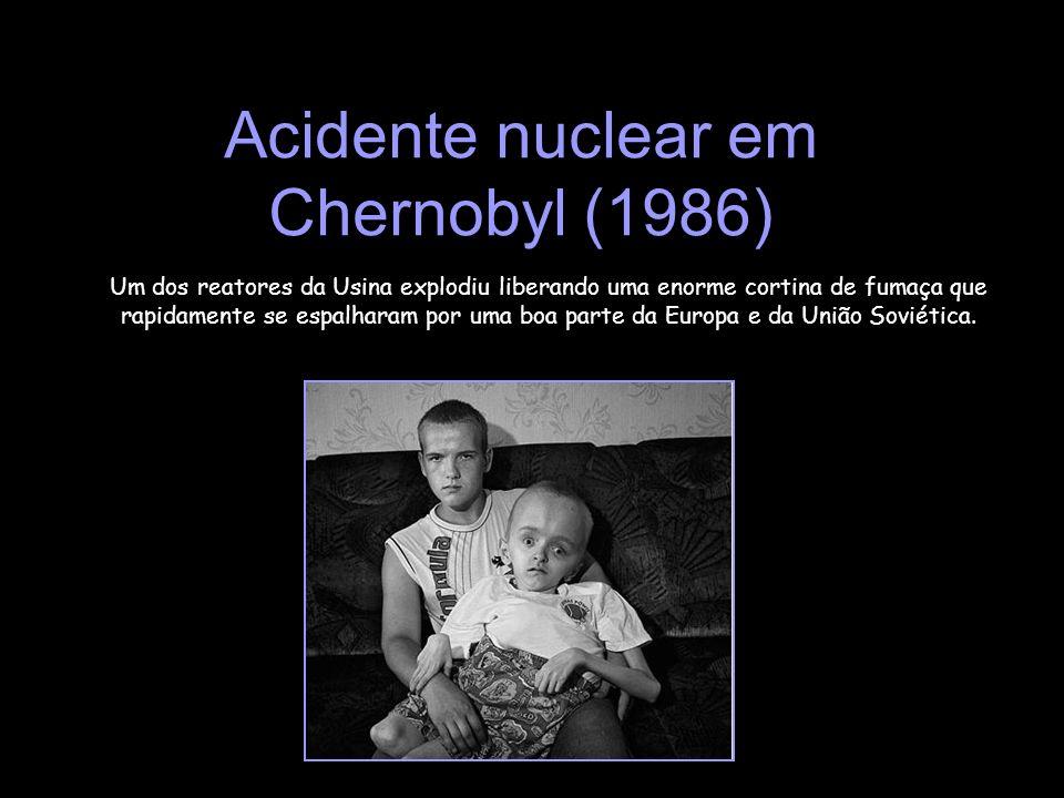 Acidente nuclear em Chernobyl (1986) Um dos reatores da Usina explodiu liberando uma enorme cortina de fumaça que rapidamente se espalharam por uma bo