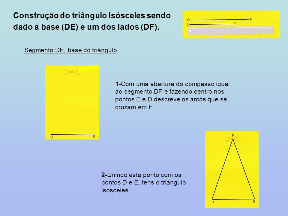 Construção do triângulo Isósceles sendo dado a base (DE) e um dos lados (DF). Segmento DE, base do triângulo. 1-Com uma abertura do compasso igual ao
