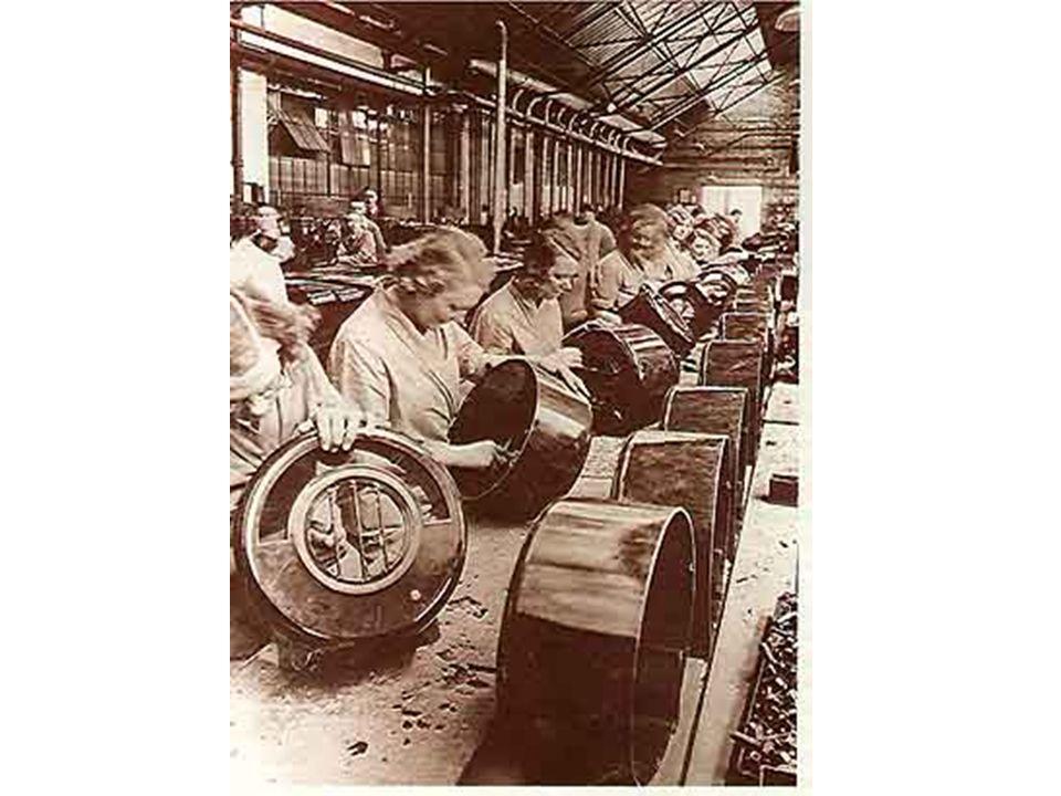 Progresso tecnológico A invenção de máquinas e mecanismos como a lançadeira móvel, a produção de ferro com carvão de coque, a máquina a vapor, a fiandeira mecânica e o tear mecânico causam uma revolução produtiva.