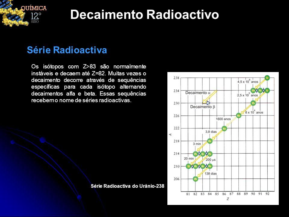 Decaimento Radioactivo Os isótopos com Z>83 são normalmente instáveis e decaem até Z=82. Muitas vezes o decaimento decorre através de sequências espec