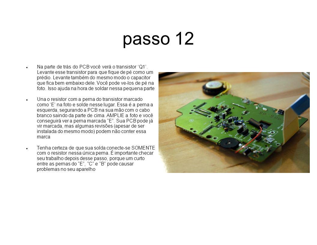 passo 12 Na parte de trás do PCB você verá o transistor Q1. Levante esse transistor para que fique de pé como um prédio. Levante também do mesmo modo