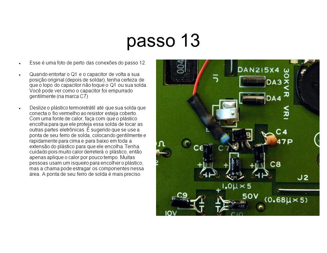 passo 13 Esse é uma foto de perto das conexões do passo 12. Quando entortar o Q1 e o capacitor de volta a sua posição original (depois de soldar), ten