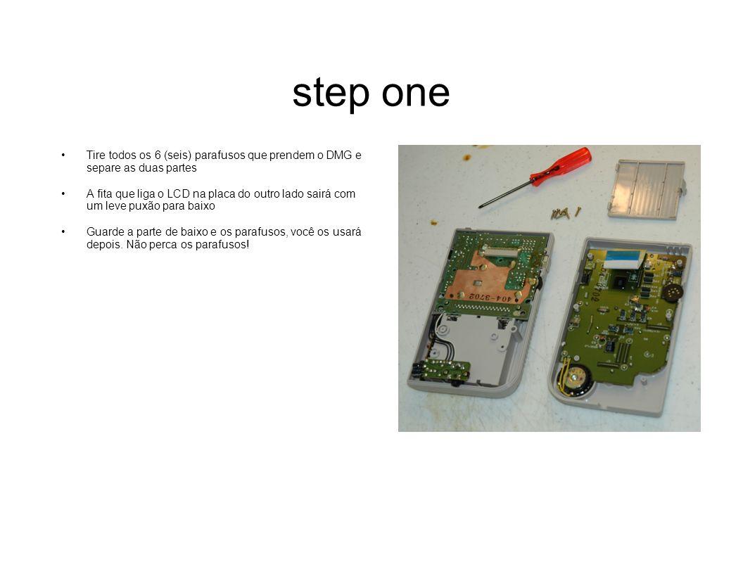 step one Tire todos os 6 (seis) parafusos que prendem o DMG e separe as duas partes A fita que liga o LCD na placa do outro lado sairá com um leve pux