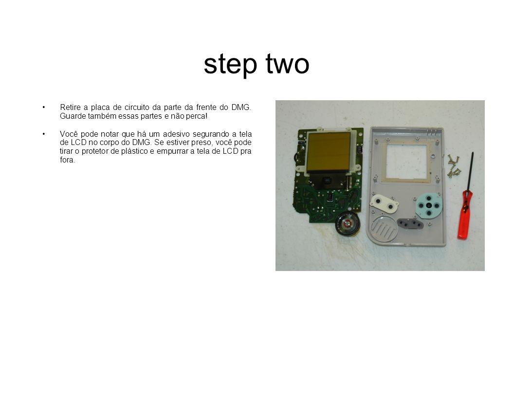 step two Retire a placa de circuito da parte da frente do DMG. Guarde também essas partes e não perca! Você pode notar que há um adesivo segurando a t