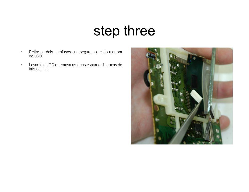 step four Usando a lâmina (ou algo parecido) cuidadosamente levante a ponta do filme de polarização que fica na parte de trás do vidro do LCD e retire-o por completo.