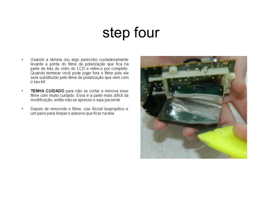 step four Usando a lâmina (ou algo parecido) cuidadosamente levante a ponta do filme de polarização que fica na parte de trás do vidro do LCD e retire