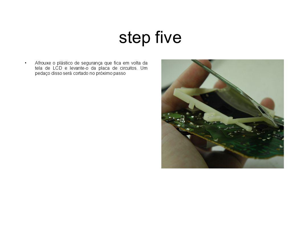 step five Afrouxe o plástico de segurança que fica em volta da tela de LCD e levante-o da placa de circuitos. Um pedaço disso será cortado no próximo