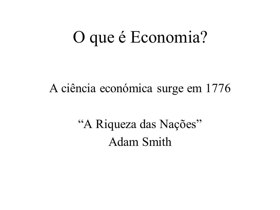 O que é Economia? Recorre a modelos para tentar simplificar a realidade. (tenta explicar a realidade por equações matemáticas) A Macroeconomia estuda