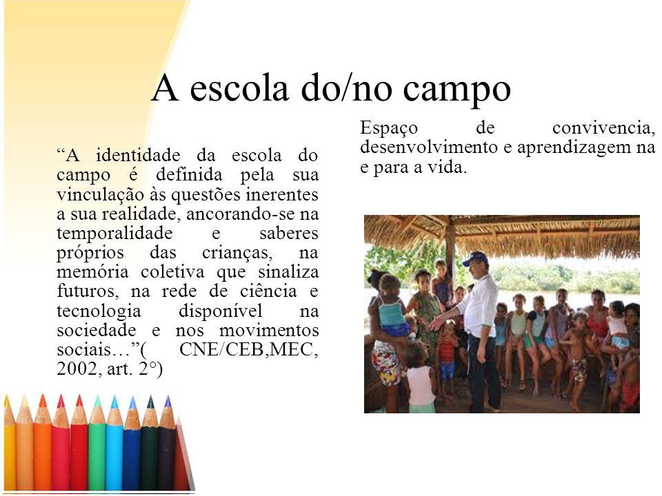 A escola do/no campo A identidade da escola do campo é definida pela sua vinculação às questões inerentes a sua realidade, ancorando-se na temporalida