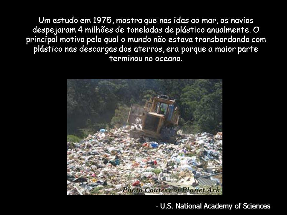 Um estudo em 1975, mostra que nas idas ao mar, os navios despejaram 4 milhões de toneladas de plástico anualmente.