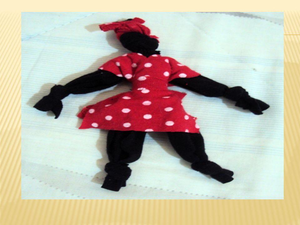 Após fazer as bonequinhas africanas, fiz também um móbile com uma reguinha de madeira e três pregos, e as pendurei.