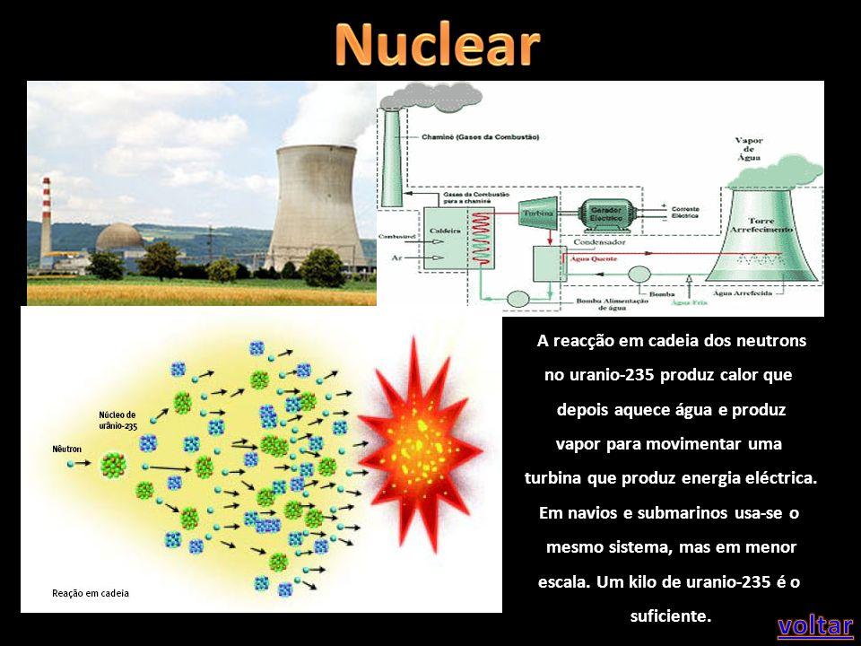 A reacção em cadeia dos neutrons no uranio-235 produz calor que depois aquece água e produz vapor para movimentar uma turbina que produz energia eléct