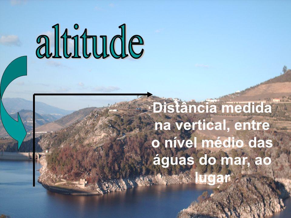 O Douro, quando acordou e se viu só, nem esfregou os olhos, partiu à pressa por desfiladeiros e precipícios, não escolhendo caminho, nem pensando em gozar a Natureza.
