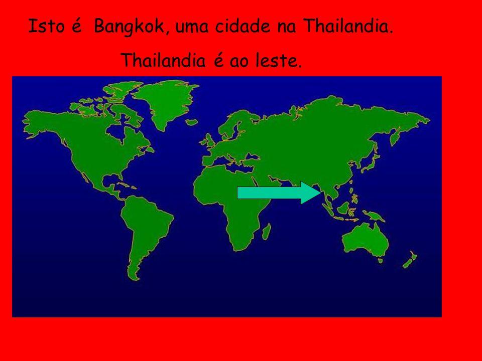 Na Thailandia muitas pessoas usam o tuk- tuks para ir pela cidade. É como um taxi!