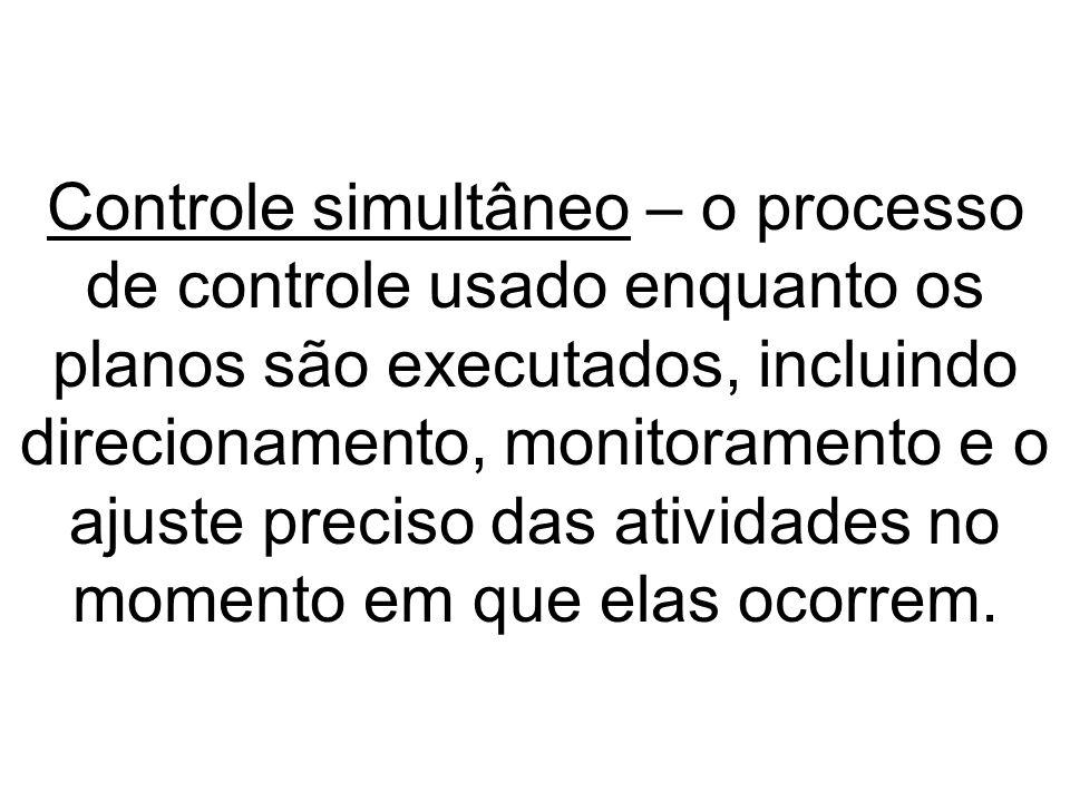 Controle simultâneo – o processo de controle usado enquanto os planos são executados, incluindo direcionamento, monitoramento e o ajuste preciso das a