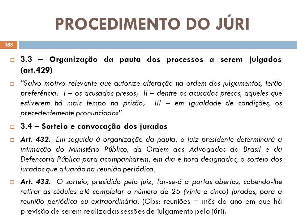 PROCEDIMENTO DO JÚRI 3.5 – Sessão de julgamento O Tribunal do Júri é composto por um juiz togado, que é seu presidente e por 25 jurados que serão sorteados para a reunião periódica de julgamento dos processos pelo Conselho de Sentença do Tribunal do Júri, que será composto por 07 dos jurados convocados, em cada sessão de julgamento, ressaltando-se que para a instalação da sessão de julgamento exige-se a presença de no mínimo 15 dos 25 jurados convocados (CPP, art.466 c/c art.463).