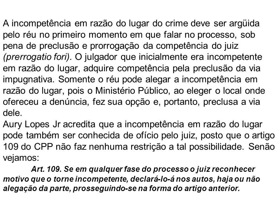 A incompetência em razão do lugar do crime deve ser argüida pelo réu no primeiro momento em que falar no processo, sob pena de preclusão e prorrogação